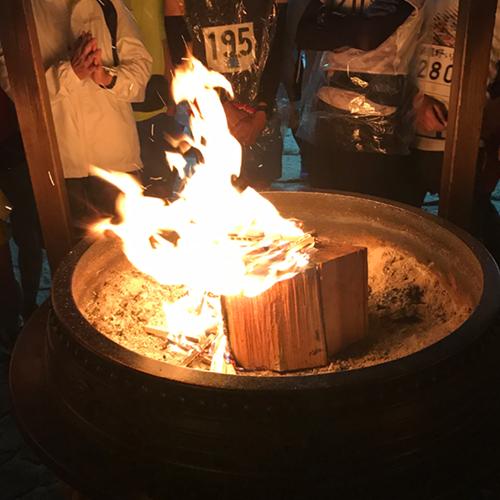 護摩木を炎の中